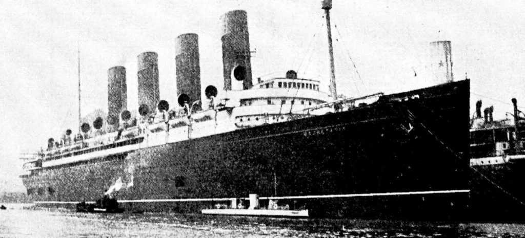 Turbinia_1911_Mauretania_Alongside_Docked